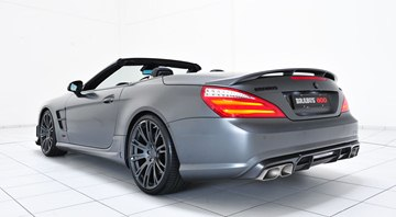 To achieve an optimal aerodynamic balance, the rear section is upgraded with a diffuser insert for the fascia.