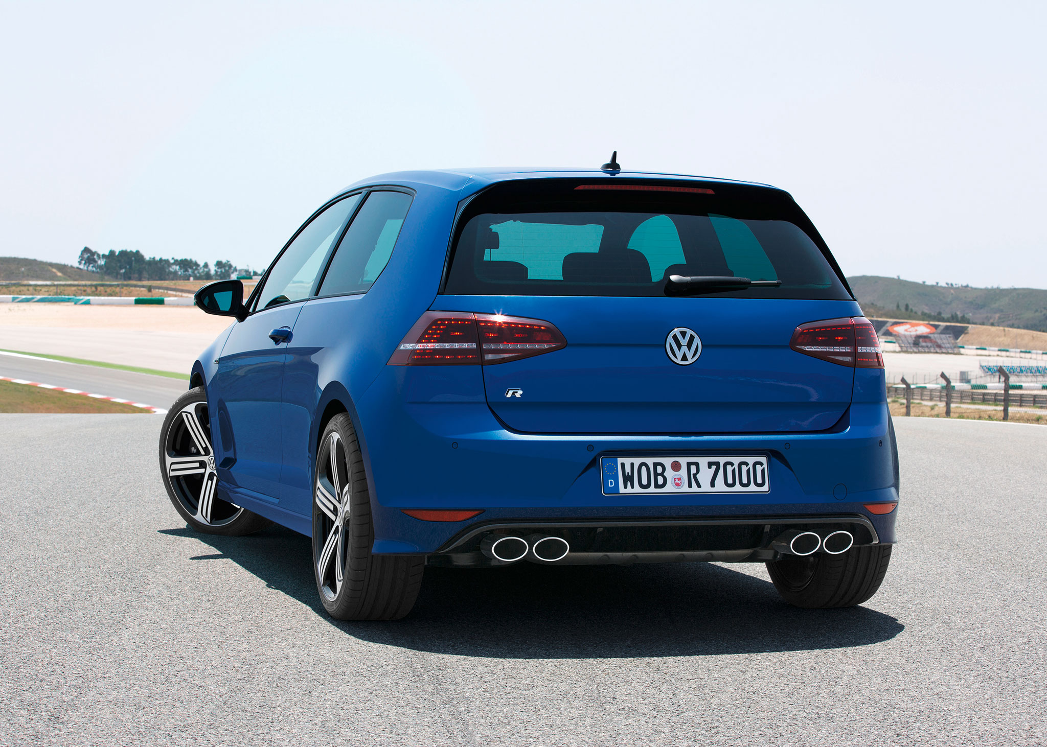 2014 volkswagen golf r rear photo four tailpipes
