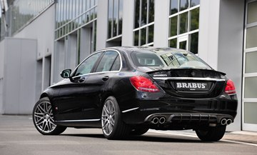 The diffuser-look Brabus insert for the rear bumper lends the 