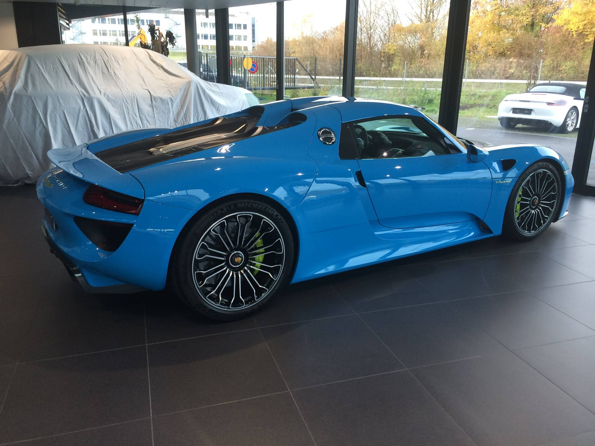 porsche 918 spyder in blue rocket color rear photo. Black Bedroom Furniture Sets. Home Design Ideas