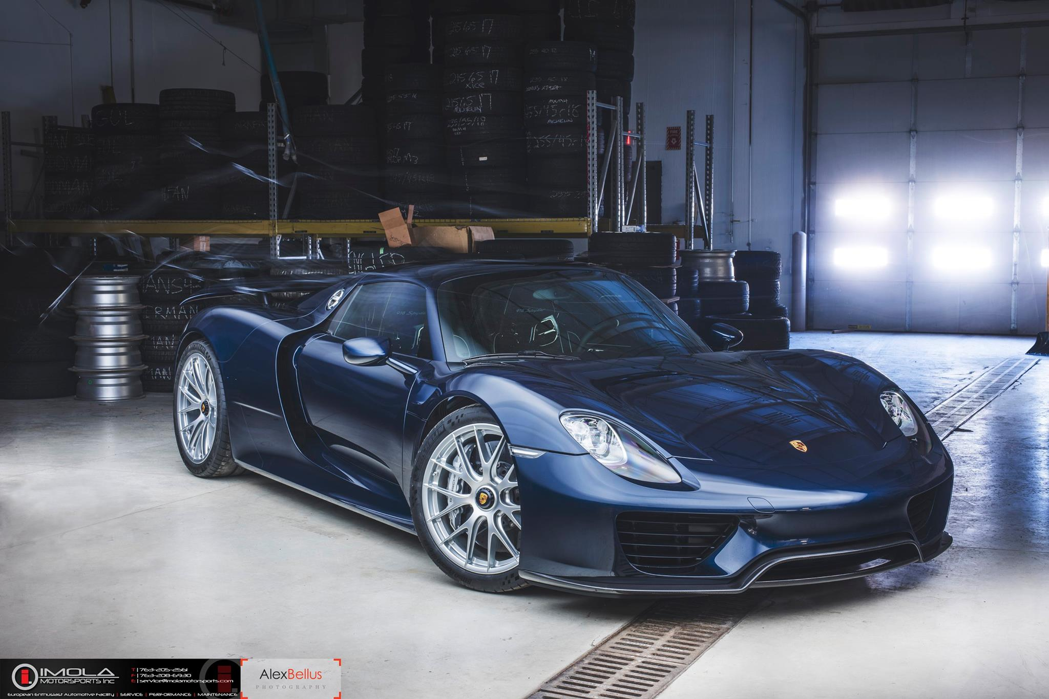 Blue Porsche 918 Spyder - front view, garage ...