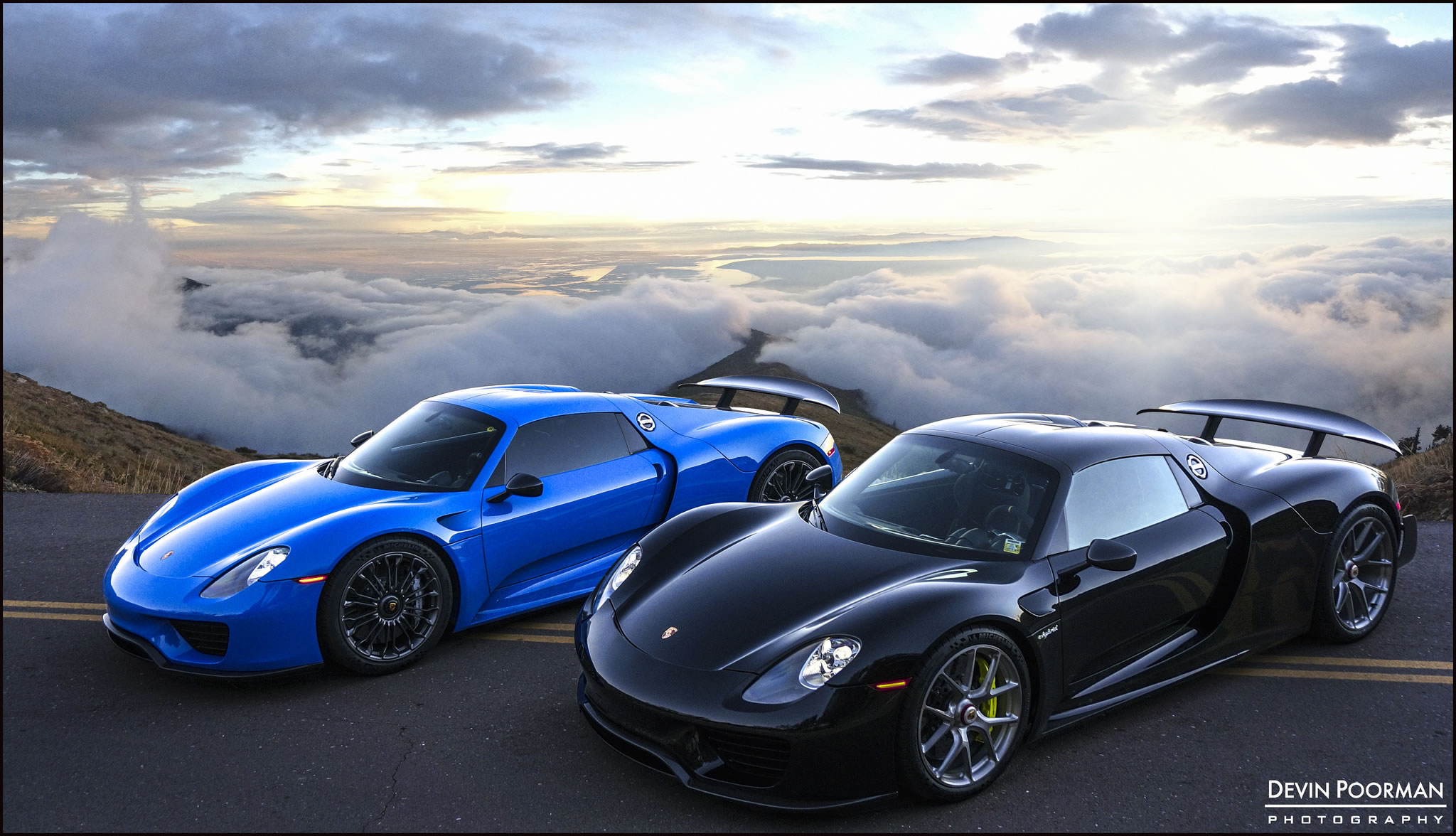 pair of 2015 porsche 918 spyders at canyon blue and black color front view canyon drive. Black Bedroom Furniture Sets. Home Design Ideas